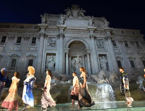 Το εντυπωσιακό fashion show του Fendi στη Fontana Di Trevi [εικόνες & βίντεο]